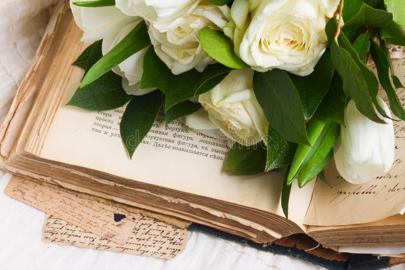 与花的旧书 图库摄影