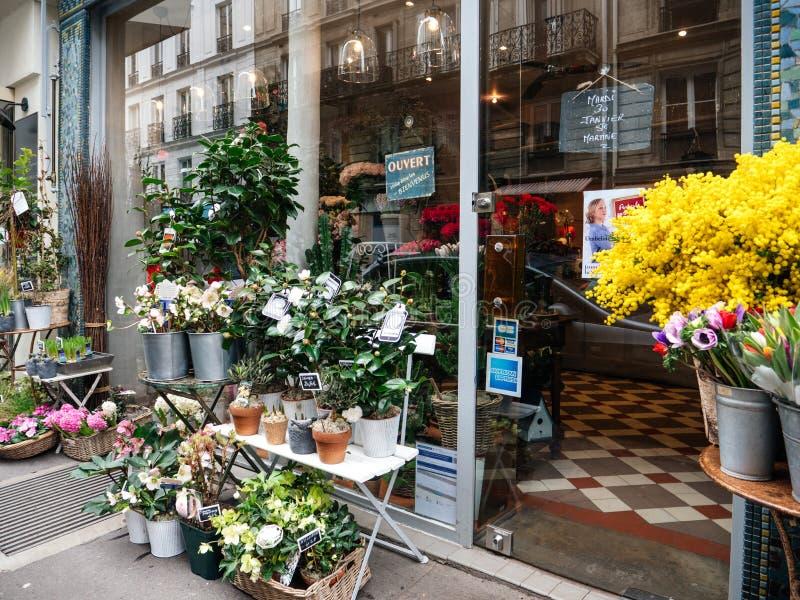 与花的法国卖花人商店门面和门户开放主义 库存照片