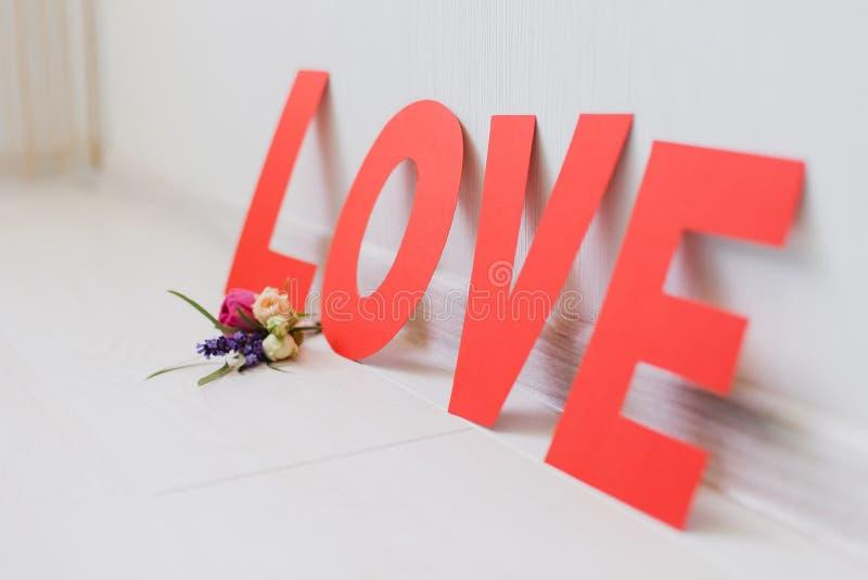 与花的浪漫情人节纸爱题字 免版税库存图片