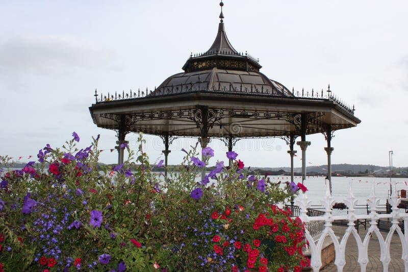 与花的海边Pavillion在照相机的前面 库存照片