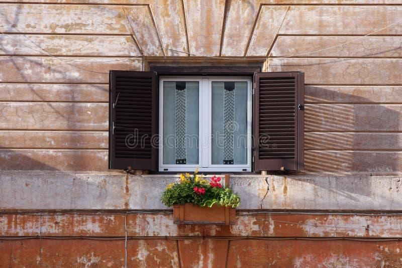Download 与花的窗口在罗马,意大利 库存图片. 图片 包括有 详细资料, 关闭, 布琼布拉, 都市, 葡萄酒, beautifuler - 30328147