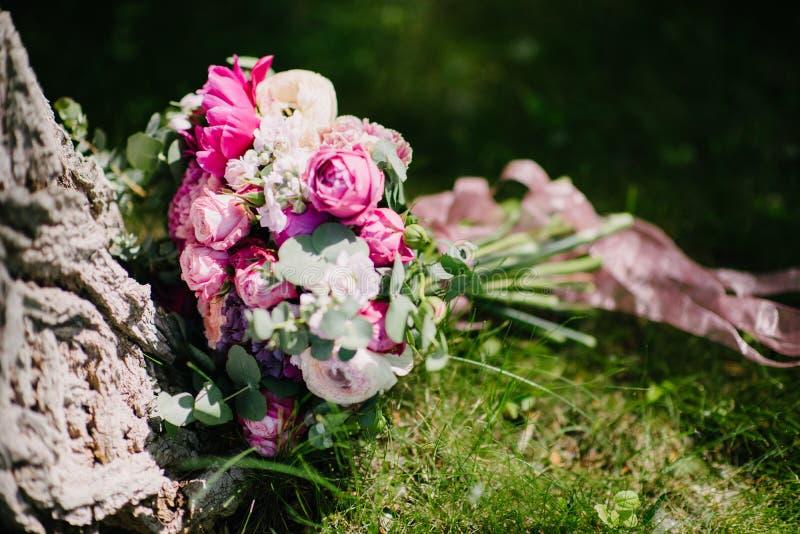 与花的美丽的花束在绿草说谎 免版税库存照片