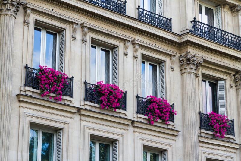 与花的老居民住房前面,巴黎 图库摄影