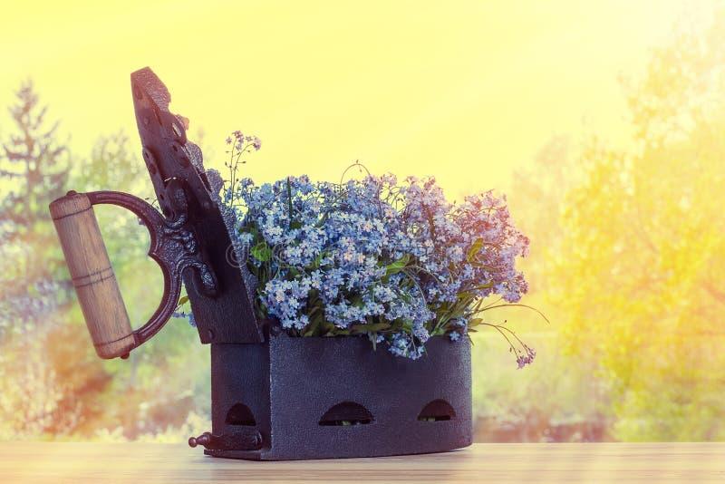 与花的老铸铁 免版税库存图片