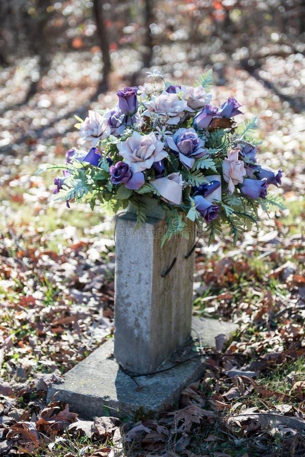 与花的老Gravesite 库存图片