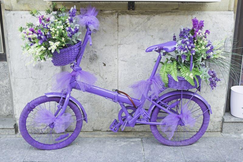 与花的自行车 免版税库存图片