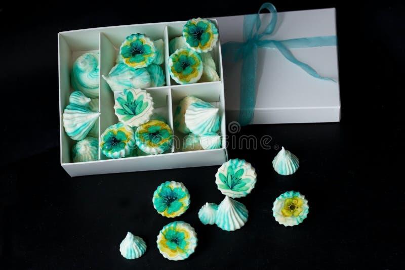 与花的蛋白甜饼绿色在白色箱子 库存图片