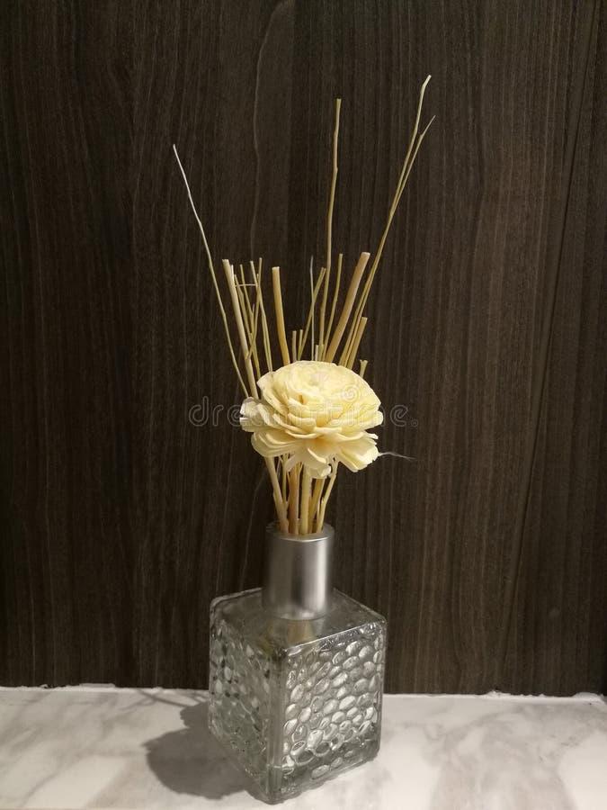 与花的被灌输的油芳香疗法好气味的在卧室,灌输在洗手间有迷离背景,芳香油 免版税图库摄影