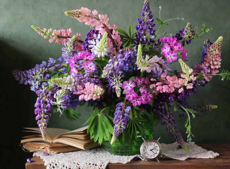 与花的静物画在花瓶 羽扇豆花束  库存图片