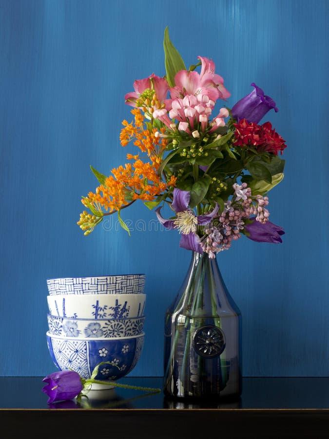 与花的静物画在花瓶和有些碗o 图库摄影