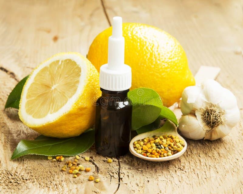 与花粉和大蒜的柠檬精油 冷处理 免版税库存图片