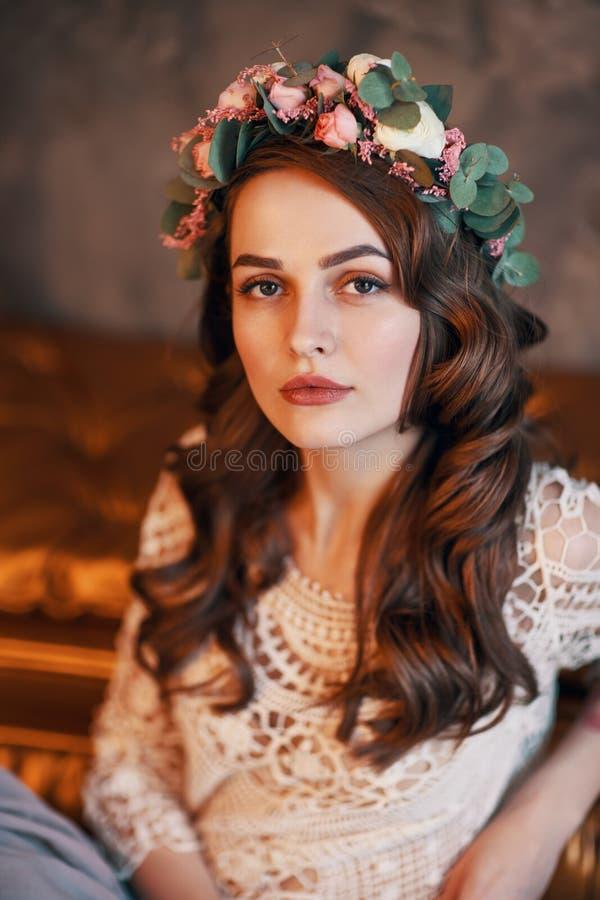与花花圈的美丽的确信的妇女画象在她的头发的 免版税库存照片