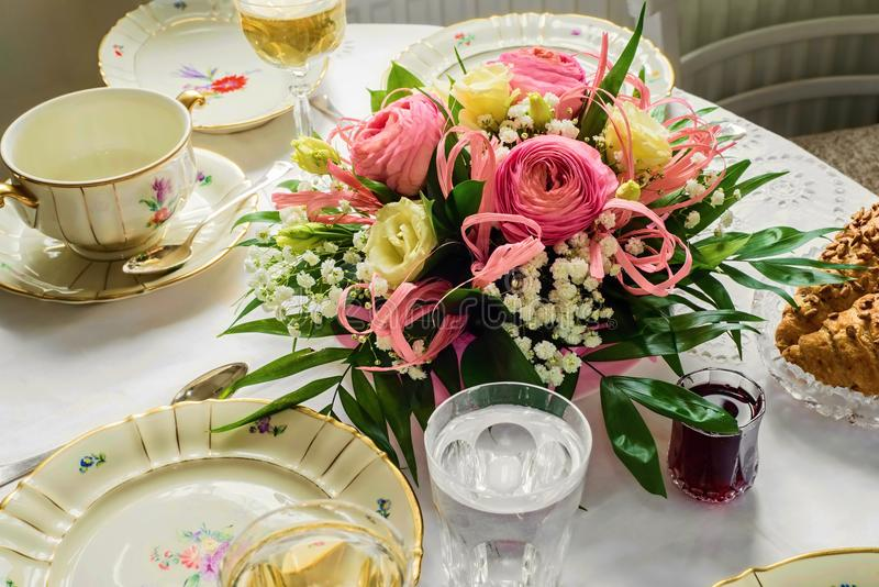 与花花束的欢乐用餐集合的桌和瓷 免版税库存图片