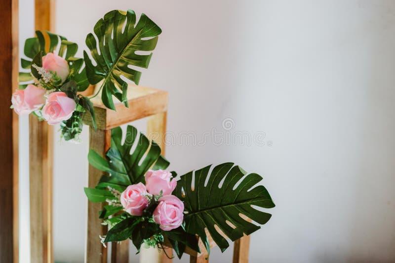与花装饰的白色背景 免版税库存照片