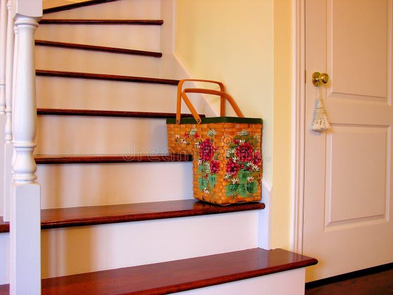 与花设计的台阶篮子 免版税库存照片