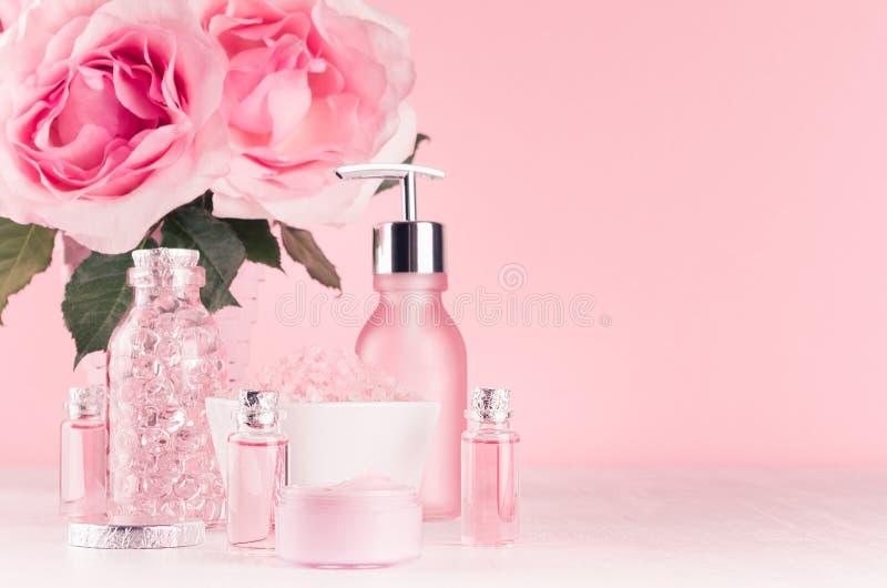 与花,化妆用品产品的柔和的少女梳妆台-玫瑰油,腌制槽用食盐,奶油,香水,棉花毛巾,瓶,碗 库存照片