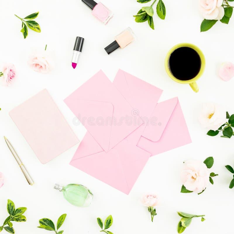 与花,纸牌、笔记本、化妆用品和咖啡杯的女性构成在白色 平的位置,顶视图 库存图片