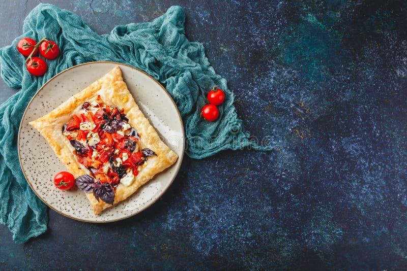 与芳香草本的加法的蕃茄馅饼 库存图片