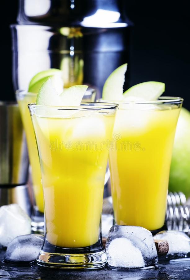 与苦艾,糖浆,汁液的酒精鸡尾酒苹果诱惑, 免版税库存图片