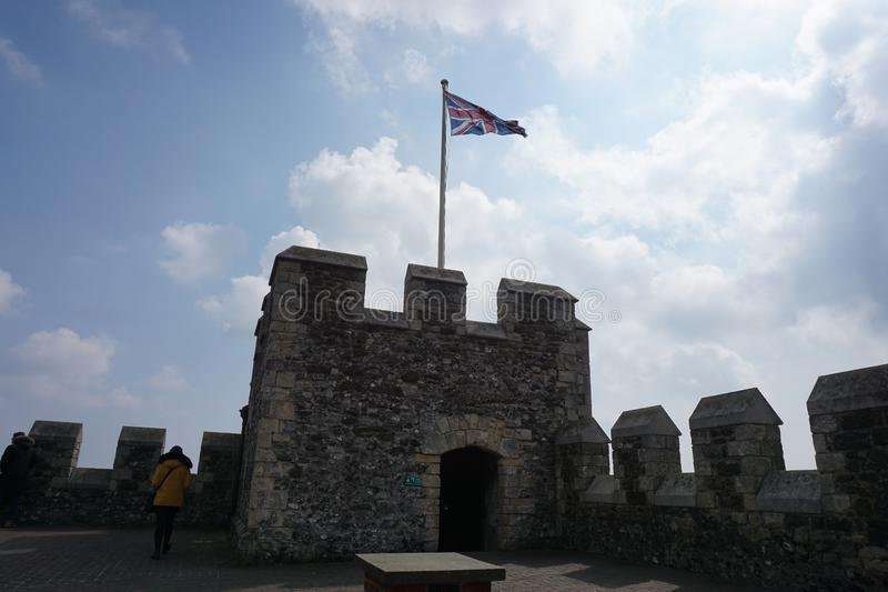 与英国国旗的多弗城堡 库存照片