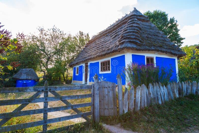 与茅屋顶的传统乌克兰村庄 免版税图库摄影