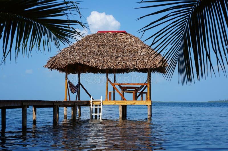 与茅屋顶的Palapa小屋在加勒比海 库存照片