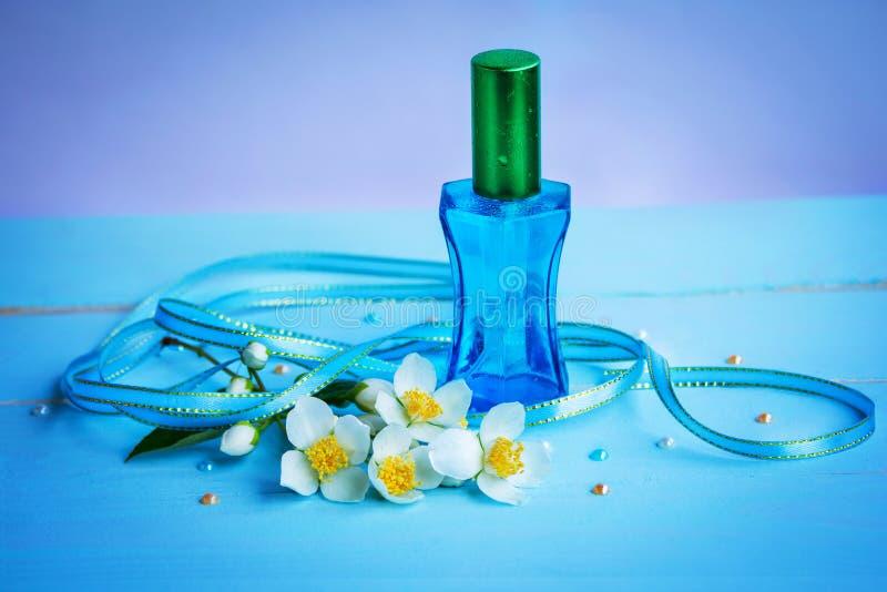 与茉莉花精华的香水 免版税图库摄影