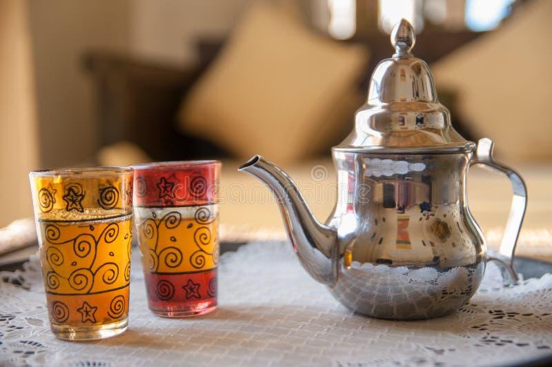 与茶壶和玻璃的传统摩洛哥薄荷的茶 免版税库存照片