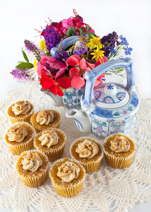 与茶壶的杯形蛋糕 库存图片