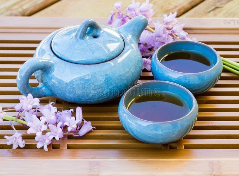 与茶服务的陶瓷中国茶具在盘子 库存图片