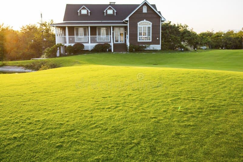 与草坪的别墅 免版税库存图片
