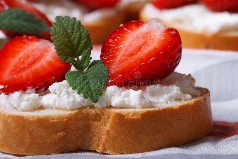 与草莓、乳酪和薄菏宏指令的三明治 库存图片
