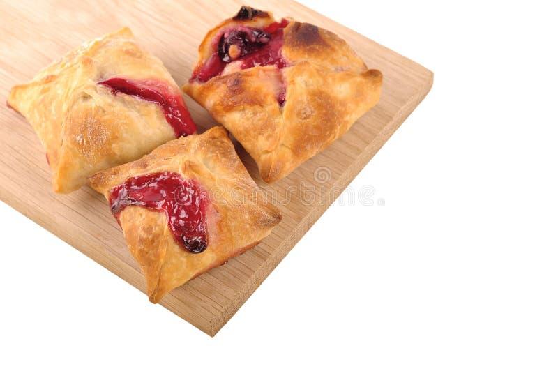 与草莓和樱桃果酱fillin的自创蛋糕油酥点心 免版税库存照片
