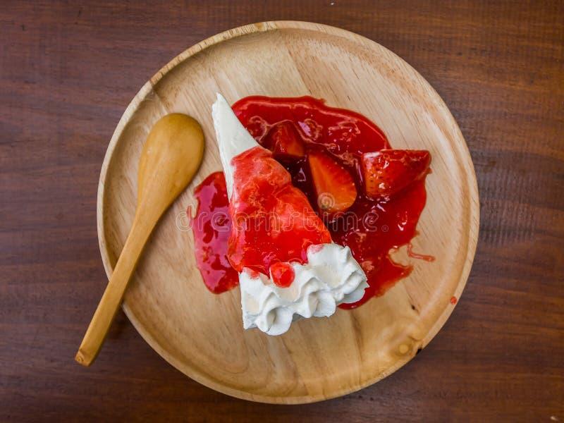 与草莓顶部的绉纱蛋糕 免版税图库摄影