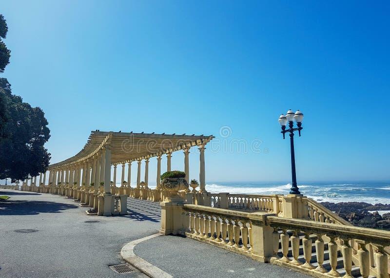 与荫径的沿海方式在福兹做杜罗河和大西洋,波尔图,葡萄牙 免版税库存照片