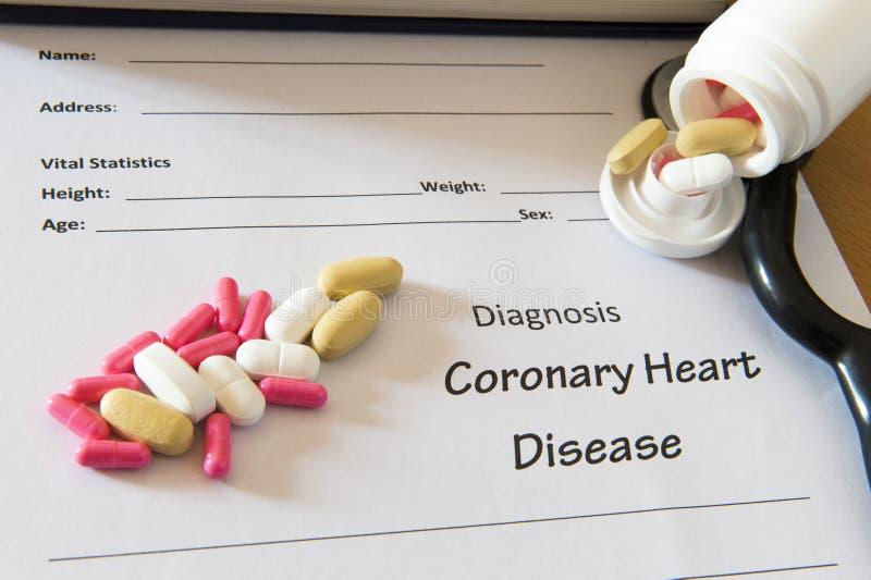 与药片和听诊器的耐心诊断形式 医疗浓缩 免版税图库摄影