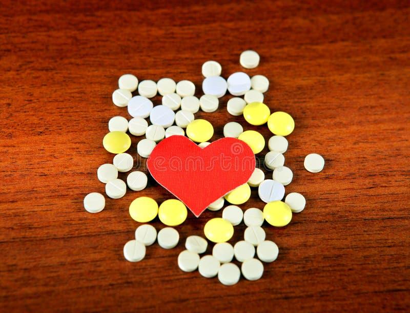 与药片的心脏形状 免版税库存图片