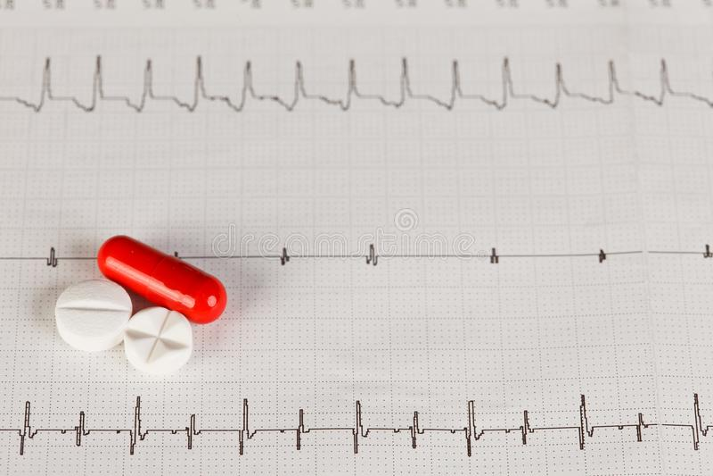 与药片的EKG图表 库存照片