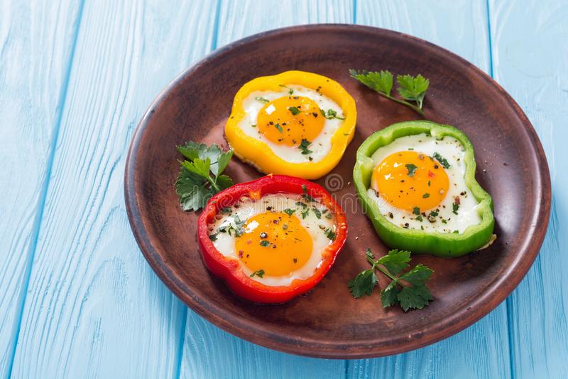 与荷包蛋的黄色,红色和青椒 库存图片