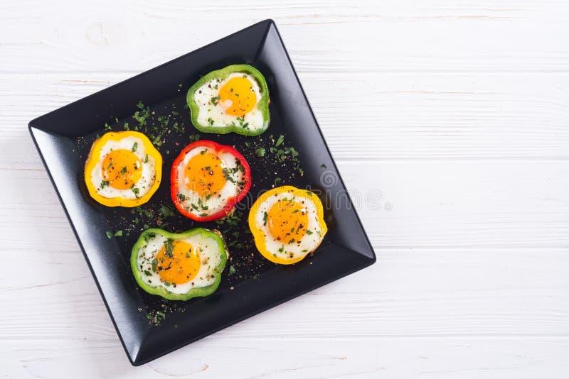 与荷包蛋的黄色,红色和青椒 免版税库存照片