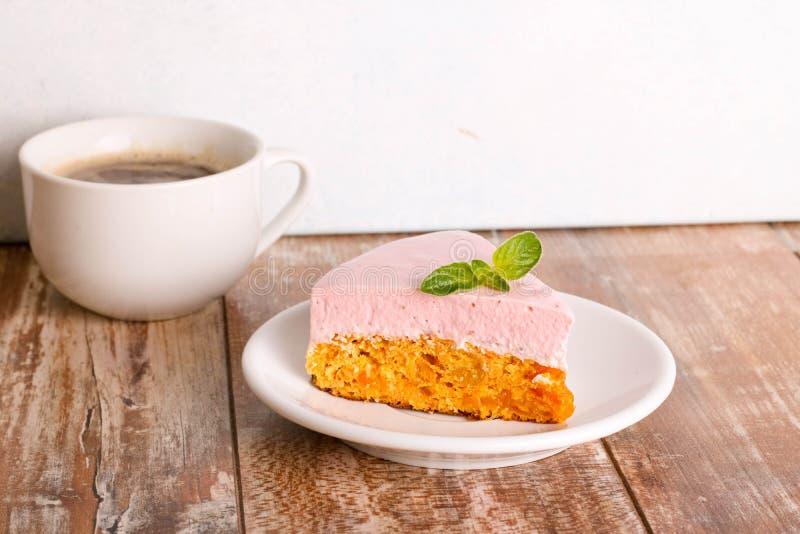 与莓奶油甜点,在一块白色板材的奶油甜点点心的胡萝卜蛋糕 免版税库存图片
