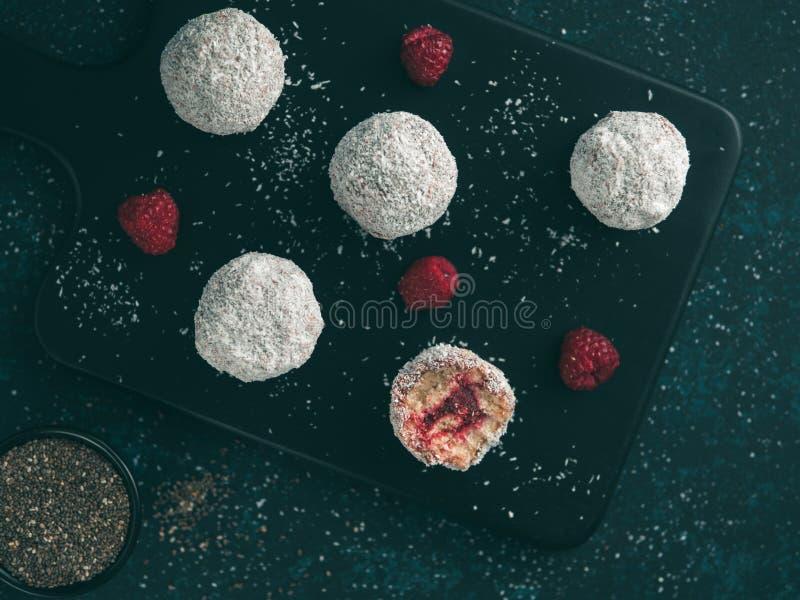 与莓chia的未加工的lamington极乐球阻塞 免版税库存照片