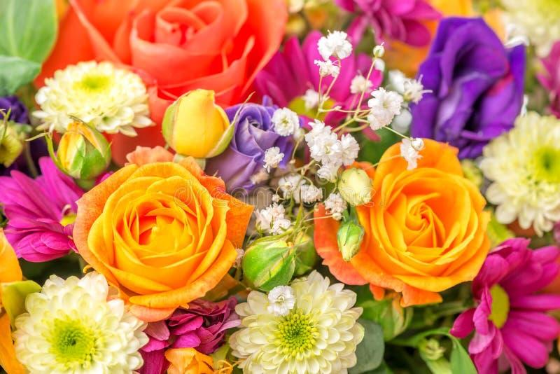 与菊花和桔子的美丽的欢乐花花束 免版税图库摄影