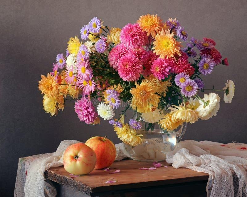 与菊花和苹果花束的秋天静物画  库存照片