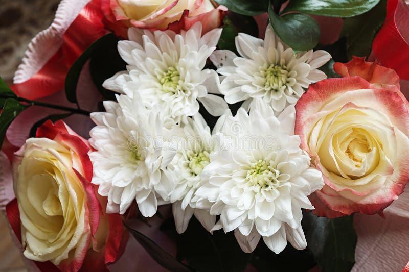 与菊花的花束和上升了 免版税库存图片