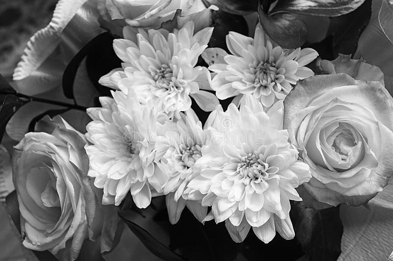 与菊花的花束和上升了 免版税库存照片