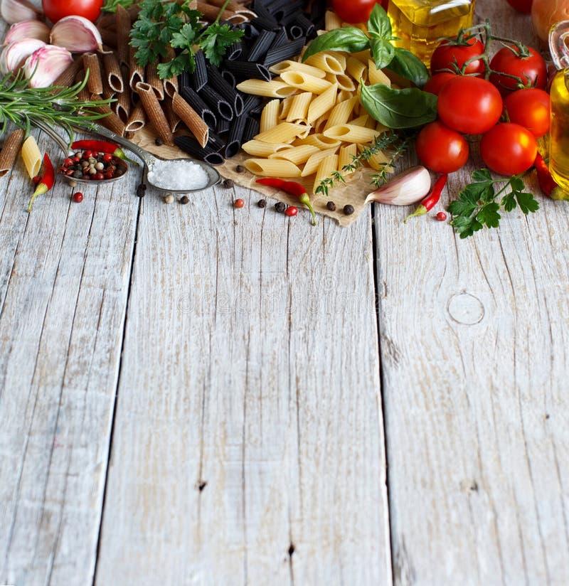 与菜、草本和橄榄油的Penne面团 免版税库存照片