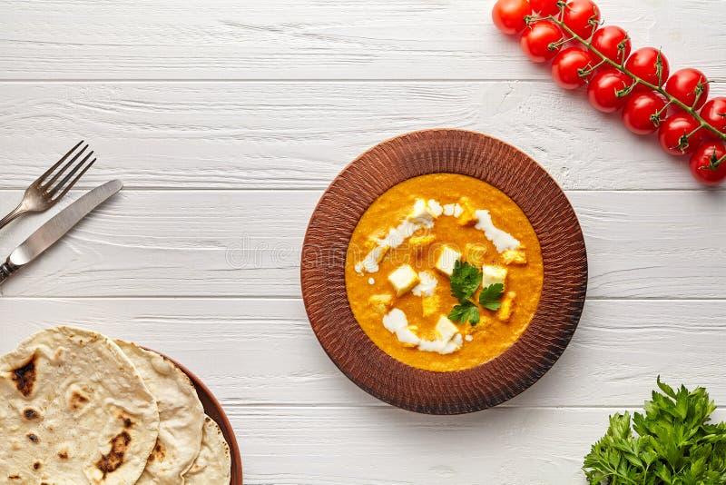 与菜、荷兰芹和白汁的沙赫paneer印度素食masala小汤食物 库存图片