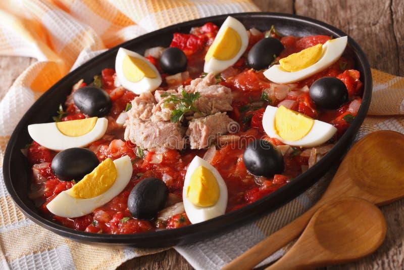 与菜、金枪鱼和蛋特写镜头的阿拉伯Mechouia沙拉 免版税库存照片