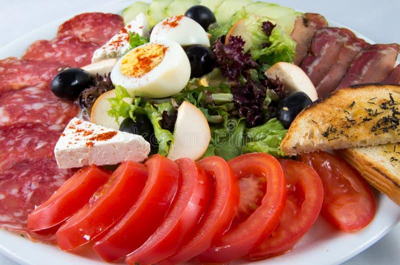 与菜、鸡蛋、乳酪和香肠的沙拉 免版税库存照片